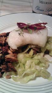 Lettsaltet torsk med kantareller, kål, spekeskinke og hasselnøtter